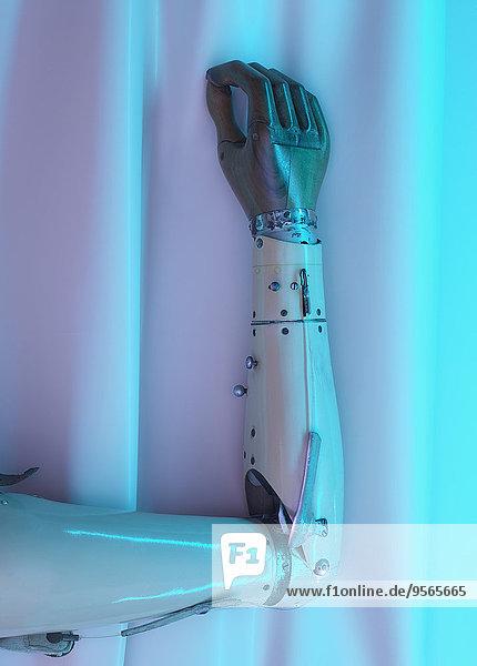 Beschnittenes Bild der Roboterhand gegen den Vorhang