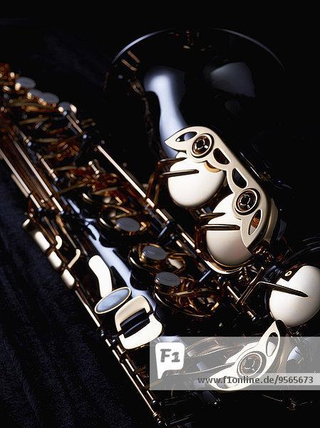 Beschnittenes Bild des Saxophons vor schwarzem Hintergrund