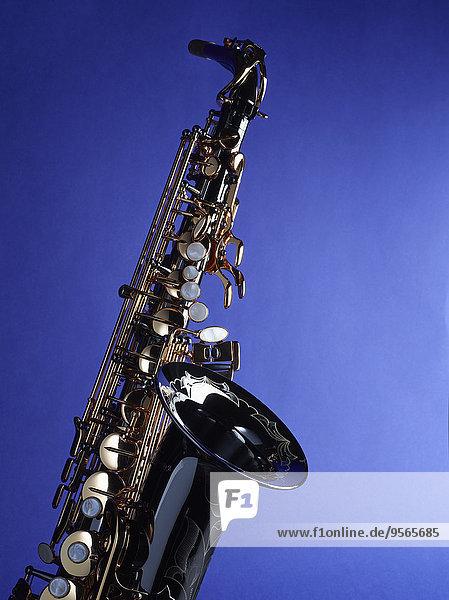 Nahaufnahme des Saxophons vor blauem Hintergrund