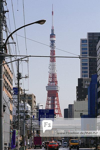 Tokyo Tower von der Stadtstraße aus gesehen gegen den klaren Himmel