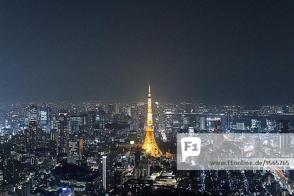 Beleuchteter Tokyo Tower inmitten des Stadtbildes gegen den Himmel bei Nacht