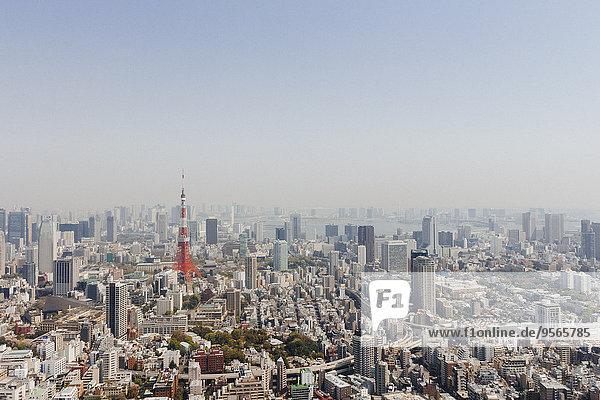 Tokyo Tower inmitten des Stadtbildes gegen den klaren Himmel