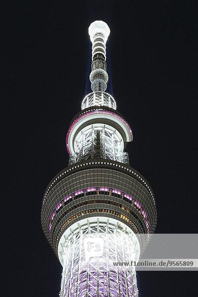 Tiefblick auf den beleuchteten Tokyo Skytree gegen den Himmel bei Nacht