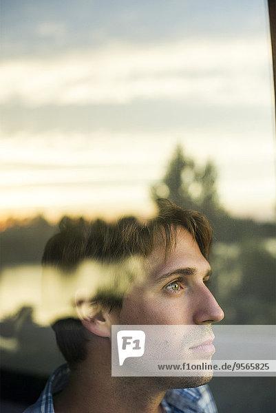 Mann blickt mit melancholischer Luft in die Ferne