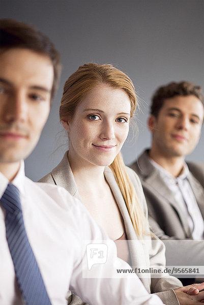 Junge Geschäftsfrau mit männlichen Kollegen  Portrait