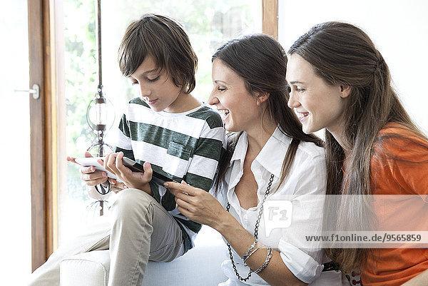 Familie genießt gemeinsam das digitale Tablett