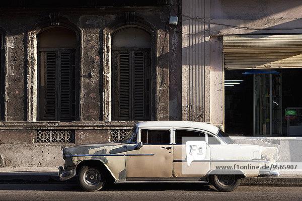 Altes Oldtimer-Auto auf der Straße außerhalb des Gebäudes geparkt