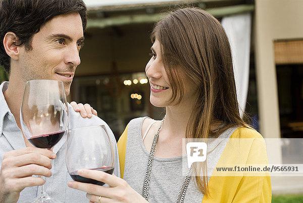 Paar klirrende Weingläser