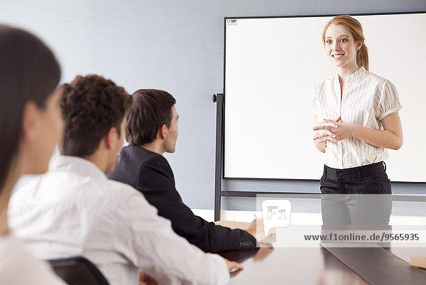 Geschäftsfrau leitet Geschäftstreffen