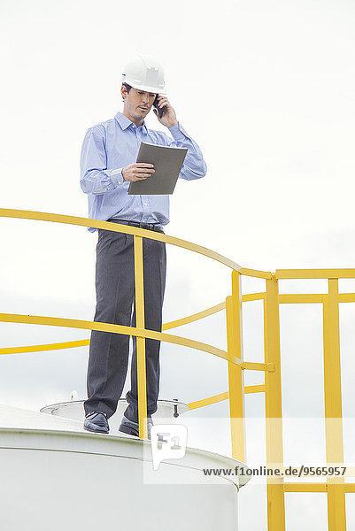 Ingenieur bei der Durchführung von Sicherheitsinspektionen in Industrieanlagen