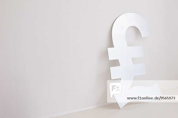 Pfund-Symbol an der Wand