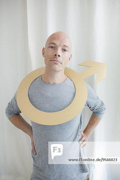 Porträt eines Mannes mit männlichem Symbol im Nacken zu Hause