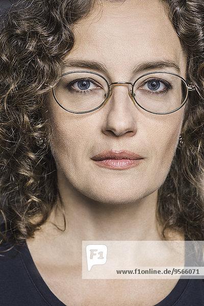 Nahaufnahme einer Frau mit Brille