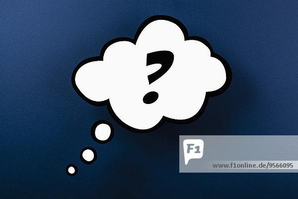 Fragezeichen Gedankenblase vor blauem Hintergrund