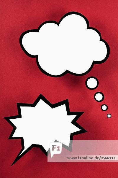 Leere Sprechblasen vor rotem Hintergrund