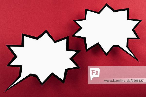 Leere explodierende Sprechblasen vor rotem Hintergrund