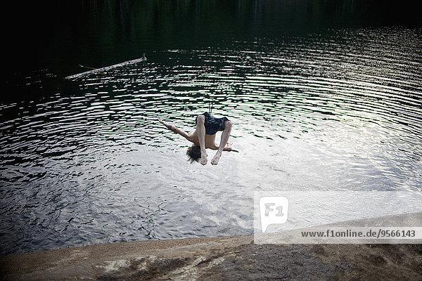 Volle Länge des Mannes beim Springen im Brohm-See Volle Länge des Mannes beim Springen im Brohm-See