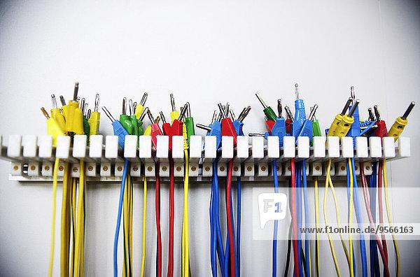 Mehrere bunte Kabel an einem Ständer aufgehängt