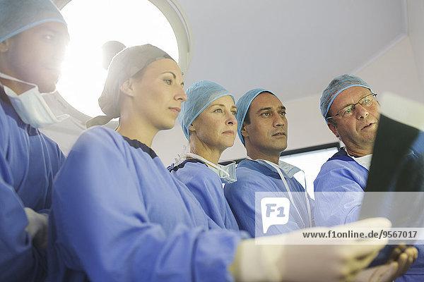 Chirurgen beim Röntgen während der Operation im Operationssaal