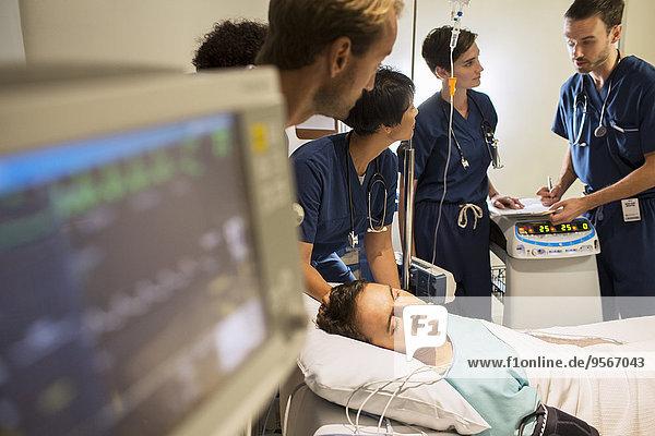 Team von behandelnden Ärzten im Krankenhaus