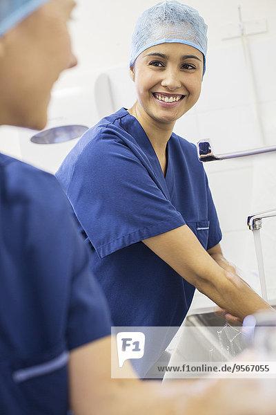 Zwei Chirurginnen beim Händewaschen im Krankenhaus