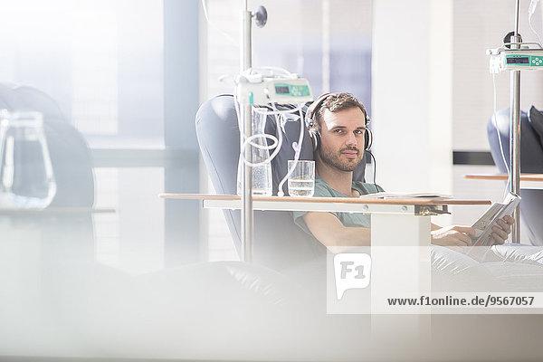 Porträt des intravenös infundierten Mannes im Krankenhaus