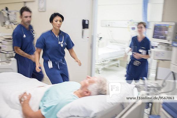 Ärzte eilen zur Rettung des Patienten im Krankenhaus