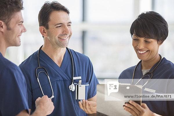 Ärzteteam lacht im Krankenhaus