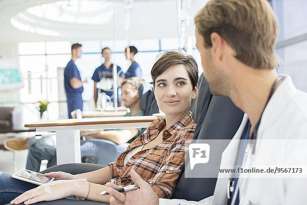 Arzt im Gespräch mit dem Patienten in der Ambulanz