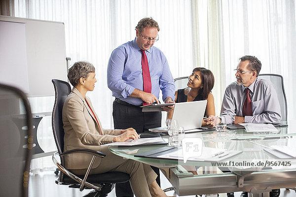 Geschäftsmann bei der Präsentation während des Geschäftstreffens