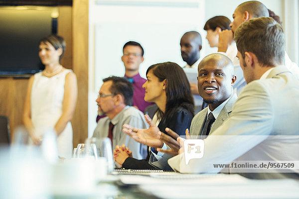 Gruppe von Geschäftsleuten mit Besprechung im Konferenzraum