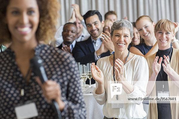 Gruppe von Menschen applaudiert nach der Rede während der Konferenz