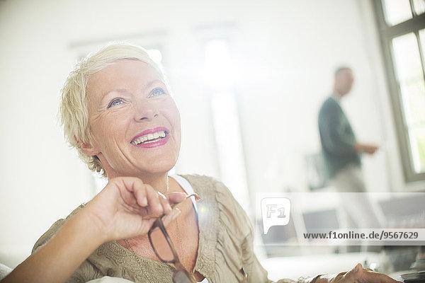 Ältere Frau lächelt drinnen
