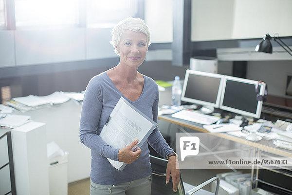 Geschäftsfrau mit Papierkram im Büro