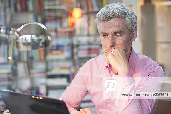 Geschäftsmann mit Laptop im Home-Office