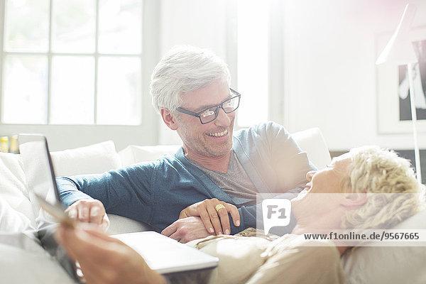 Älteres Paar entspannt sich gemeinsam auf dem Sofa