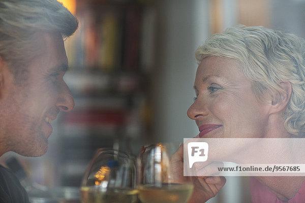 Älteres romantisches Paar trinkt Weißwein