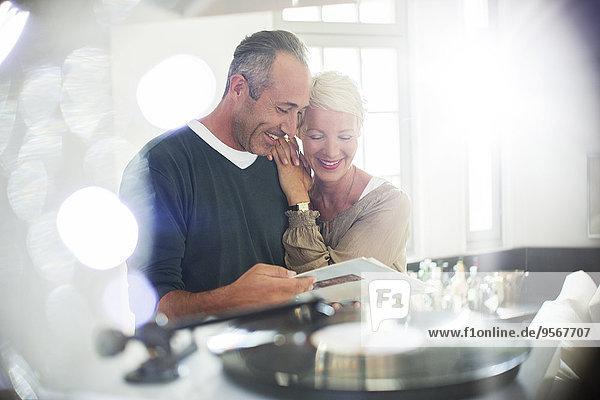 Älteres Ehepaar beim Hören von Schallplatten