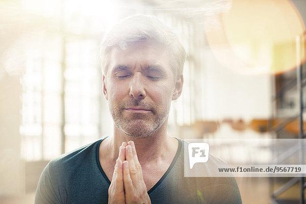 Nahaufnahme des älteren Mannes beim Meditieren