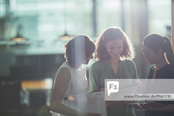 Geschäftsfrauen im Gespräch im Büro
