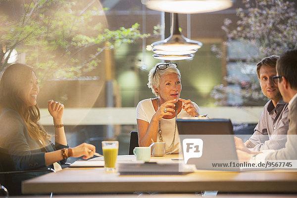 Geschäftsleute im Bürogespräch