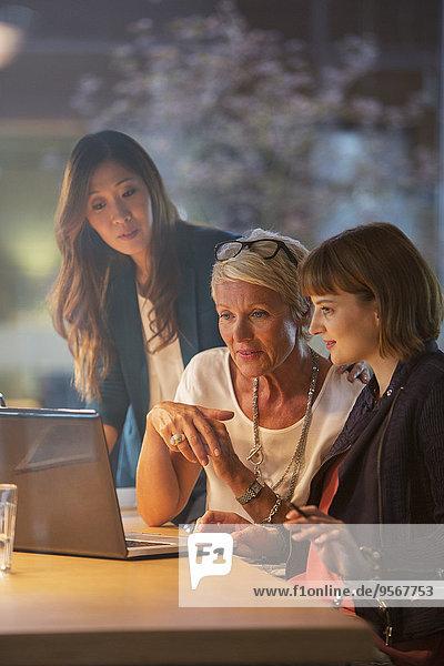 Geschäftsfrauen arbeiten zusammen im Büromeeting