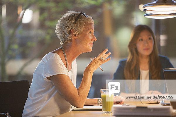 Geschäftsfrau im Bürogespräch