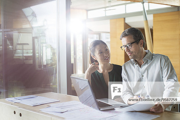 Geschäftsleute  die im Büro am Laptop arbeiten