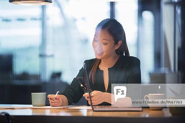 Geschäftsfrau beim Schreiben im Büro