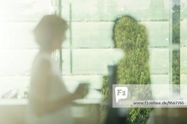 Defokussierte Sicht der Geschäftsfrauen im Büro