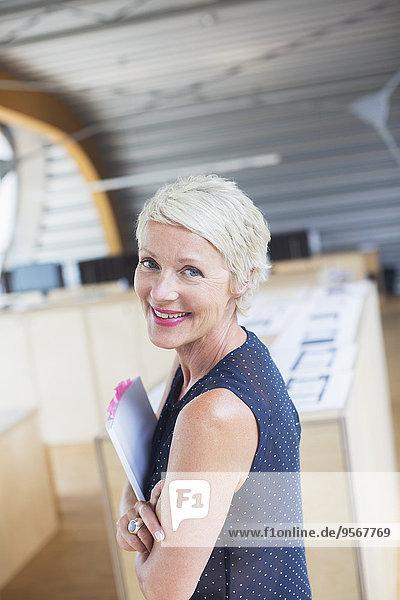 Geschäftsfrau mit Papierkram im Amt
