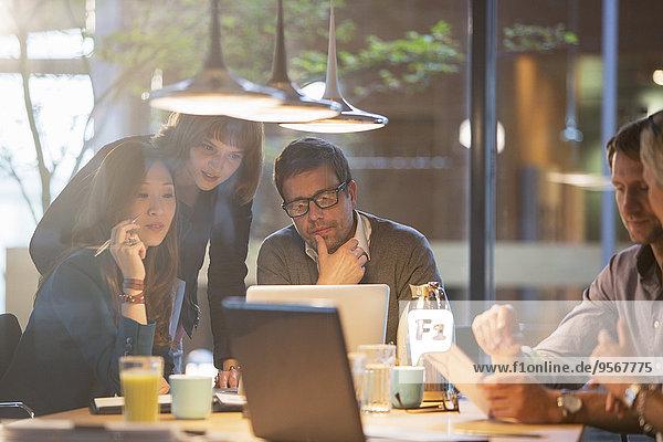 Geschäftsleute  die ihren Laptop im Büro benutzen