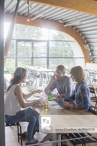 Geschäftsleute im Gespräch in der Cafeteria