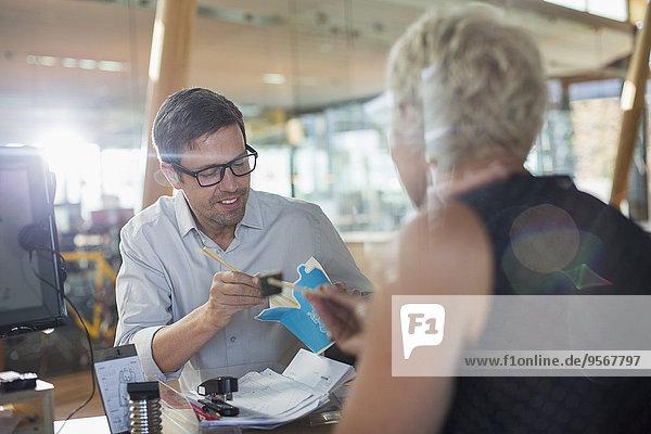Geschäftsleute beim Essen am Schreibtisch